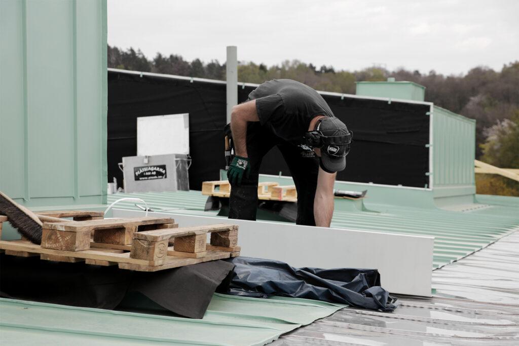 Nytt tak i falsad planplåt hyreshus i Göteborg - Kaborn Jensen Bygg AB