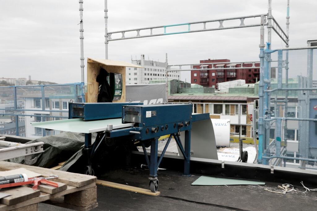 Pågående byte av plåttak, flerbostadshus i Göteborg – Kaborn Jensen AB