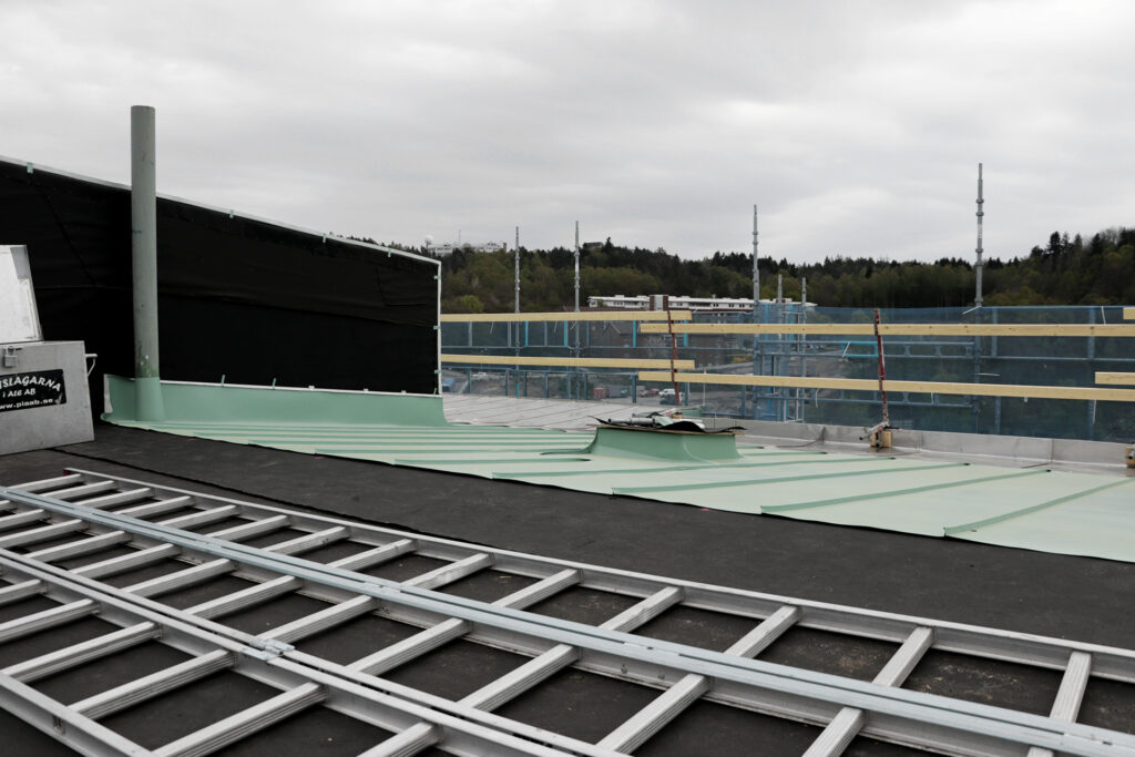 Pågående takomläggning och tilläggsisolering hyresfastighet i Göteborg - Kaborn Jensen Bygg AB