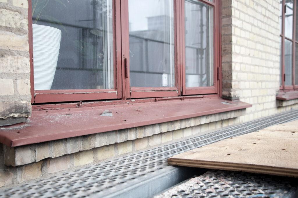 Före fönsterrenovering, hyreshus i Göteborg - Kaborn Jensen Bygg AB
